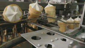 Roomijsproductielijn bij de voedselfabriek stock footage