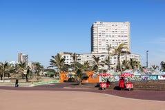 Roomijsverkopers op Promenade tegen Stadshorizon stock fotografie
