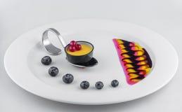 Roomkaramel in kleine koplepel met braambes in decoratieve plaat royalty-vrije stock foto