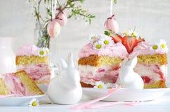 Roompastei met aardbeien aan Pasen royalty-vrije stock afbeeldingen
