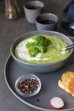 Roomsoep met broccoli en zure room in grijze kom royalty-vrije stock afbeelding