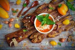 Roomsoep van geroosterde peper met Parmezaanse kaas en munt Stock Foto's