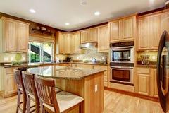 Rooom moderne de cuisine avec des dessus d'île et de granit Photos stock