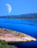 Roosevelt湖和月亮 免版税库存照片