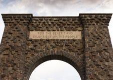Roosevelt Arch da sotto fotografie stock