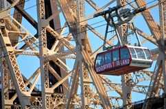 Roosevelt-Insel-Straßenbahn und Queensboro Brücke stockbilder