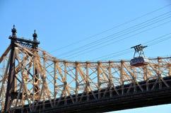 Roosevelt-Insel-Straßenbahn und Queensboro Brücke lizenzfreie stockbilder