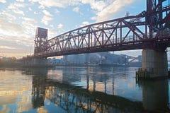 Roosevelt Island Bridge über dem Ostkanal des East Rivers auf nebeligem Morgen in New York, USA Lizenzfreie Stockfotografie