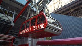 Roosevelt Island Tram som lämnar Roosevelt Island över Eastet River arkivfilmer
