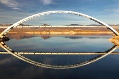 Roosevelt Lake Bridge am Ende von Apache-Spur in den Arizona-Aberglaube-Bergen stockfotos