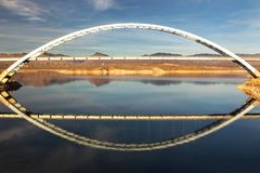Roosevelt Lake Bridge på slutet av den Apache slingan i Arizona vidskepelseberg arkivfoton