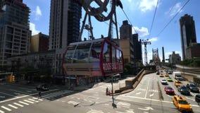 Roosevelt Tramway Leaves stationen ovanför den 1st avenyn i Manhattan stock video