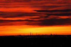 Rooskleurige hemel en wolken vóór zon Stock Foto