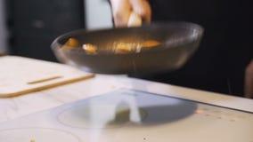 Rooster de pompoen in een pan stock videobeelden