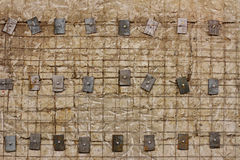 Rooster gewapend beton muur met metaalwasmachines en bouten stock afbeelding