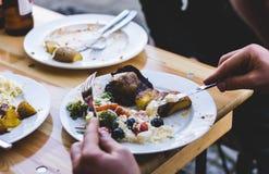 Roosteren, die met vrienden eten Royalty-vrije Stock Afbeeldingen