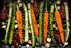 Roosterend groenten, rauwe groenten op het roosteren met de toevoeging van olijfolie worden voorbereid, kruiden en kruiden op de  royalty-vrije stock afbeeldingen