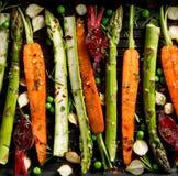 Roosterend groenten, rauwe groenten op het roosteren met de toevoeging van olijfolie worden voorbereid, kruiden en kruiden op de  royalty-vrije stock afbeelding