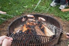 Roosterend Hotdogs en Bacon stock fotografie
