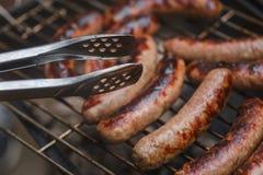 Roosterend worsten bij barbecue de grill openlucht royalty-vrije stock fotografie