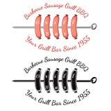 Roosterende worsten op spit met de bar van de tekstgrill Bbq het etiket van het barrestaurant Stock Foto's