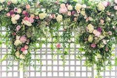 Roosterstructuur in een tuin met wijnstokken en bloemen die tot een pensionair leiden stock afbeelding