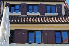 Roostervensters en houten blinden bij traditioneel Duits huis royalty-vrije stock foto's