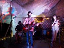 Roothub bawić się gitarę z Rzecznym Zachodnim śpiewem i dobosza, Zdjęcie Royalty Free