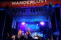 Roothub wykonuje na scenie podczas wieczór koncerta przy podróżomanią Fotografia Royalty Free