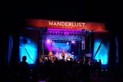 Roothub wykonuje na scenie podczas wieczór koncerta przy podróżomanią Obrazy Royalty Free