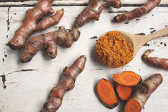 Roots and powder turmeric Royalty Free Stock Photography