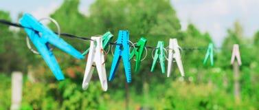 Rop colorido do gancho plástico da lavanderia dos pregadores de roupa Imagem de Stock Royalty Free