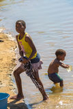 Ropa africana del lavado de los niños Imagenes de archivo