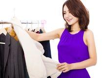 Ropa asiática sonriente feliz de las compras de la mujer Foto de archivo