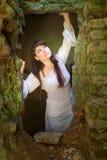 Ropa blanca en una chica joven en fondo de la pared de ladrillo Foto de archivo libre de regalías