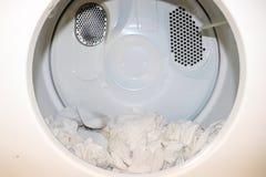 Ropa blanca que se sienta en secador cercano abierto foto de archivo libre de regalías