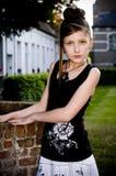 Ropa blanco y negro de la muchacha adolescente de la manera fotos de archivo