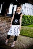 Ropa blanco y negro de la muchacha adolescente de la manera imagenes de archivo