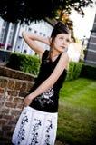 Ropa blanco y negro de la muchacha adolescente de la manera fotos de archivo libres de regalías