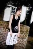 Ropa blanco y negro de la muchacha adolescente de la manera Imagen de archivo