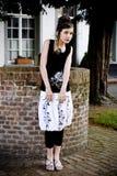 Ropa blanco y negro de la muchacha adolescente de la manera foto de archivo libre de regalías