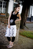 Ropa blanco y negro de la muchacha adolescente de la manera Fotografía de archivo