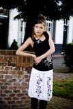 Ropa blanco y negro de la muchacha adolescente de la manera foto de archivo