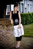 Ropa blanco y negro de la muchacha adolescente de la manera fotografía de archivo libre de regalías