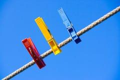 Ropa-clavija sobre el cielo azul Fotografía de archivo libre de regalías