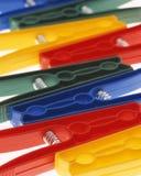Ropa-clavijas coloridas Foto de archivo