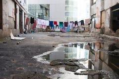 Ropa colgada en un complejo condenado de edificios abandonados Imagen de archivo libre de regalías