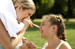 Ropa colgante divertida de la mama y de la hija Fotografía de archivo libre de regalías