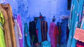 Ropa colorida del Medina azul de la ciudad Chefchaouen en Marruecos almacen de metraje de vídeo