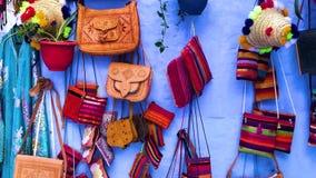 Ropa colorida del Medina azul de la ciudad Chefchaouen en Marruecos metrajes